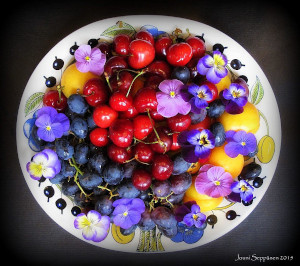 Flower and fruit arrangement on  Paratiisi platter by Jouni Seppänen